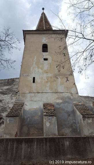 Am Eingang zur Kirchenburg Thalheim (Daia)