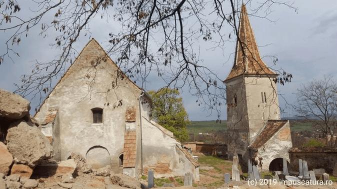 Blick in den Kirchhof der Kirchenburg Thalheim (Daia)