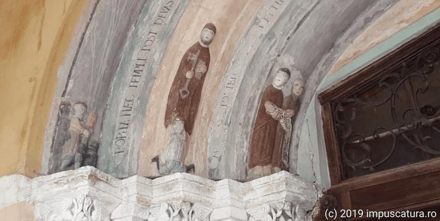 linke Portalseite der Kirchenburg Hosman (Holzmengen)