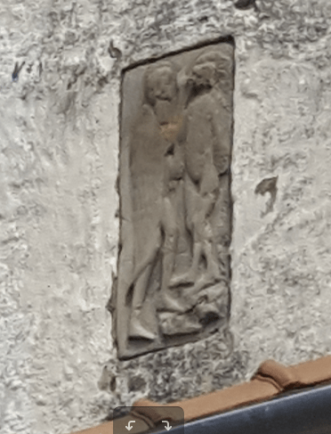 Romanische Reliefplatte am Turm der Kirchenburg Holzmengen
