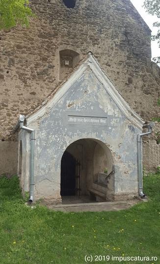 Der tiefer liegende Eingang zur Kirche