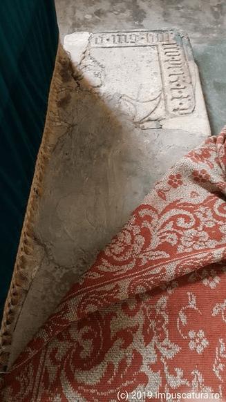 Fragment der Grabplatte auf der Altarstufe