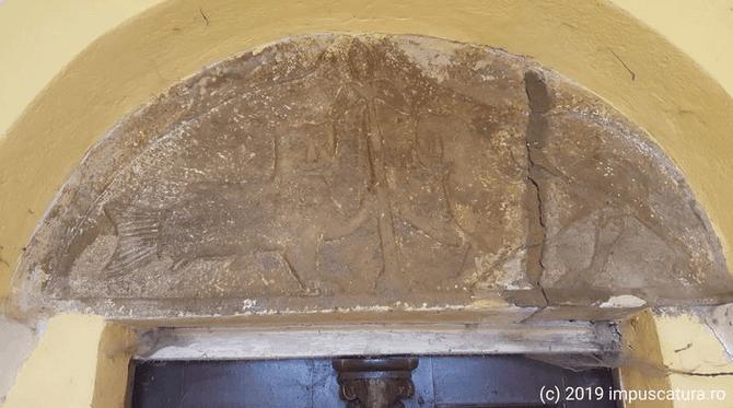 Relief über dem Portal der Kirchenburg Burgberg (Vurpăr)