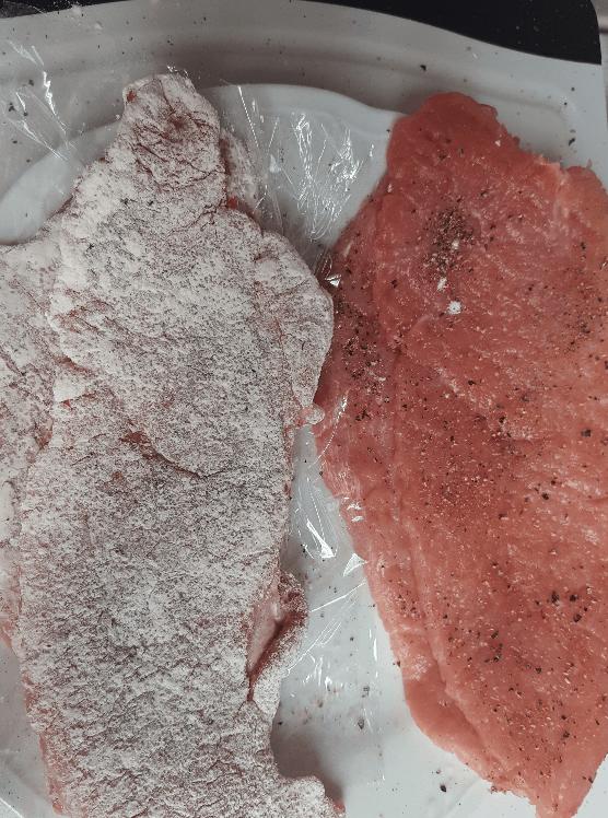 Panierte Schnitzel - Würzen und Mehler