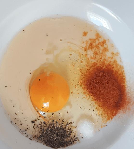 Panierte Schnitzel - Ei und Gewürze