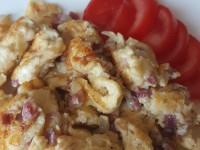 Rührei mit Käse und Katenschinken