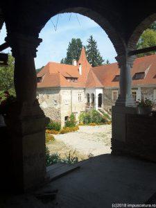 Blick von der Loggia zum östlichen Wohnhaus