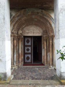 Das romanische Eingangsportal der Wehrkirche Freck