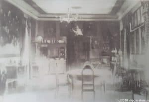 Alte Fotoaufnahme eines Wohnraums auf der Burg Kreisch (Criş)
