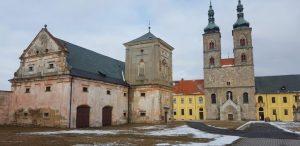 Getreidespeicher und Kirche des Stifts Tepl