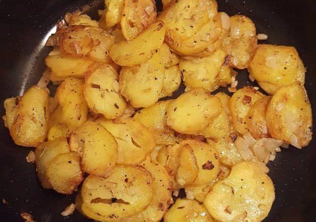 Kartoffelscheiben und Zwiebeln zu Ende braten