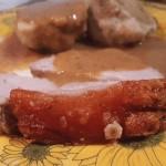 Spanferkelrollbraten mit Senfsoße und Semmelknödel