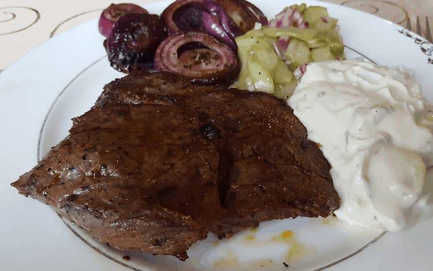 Entrecôte mit Knoblauch-Dip, Gurkensalat und roten Zwiebeln