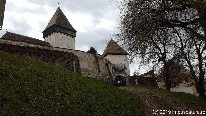 Auffahrt und Haupttor der Kirchenburg Hosman (Holzmengen)