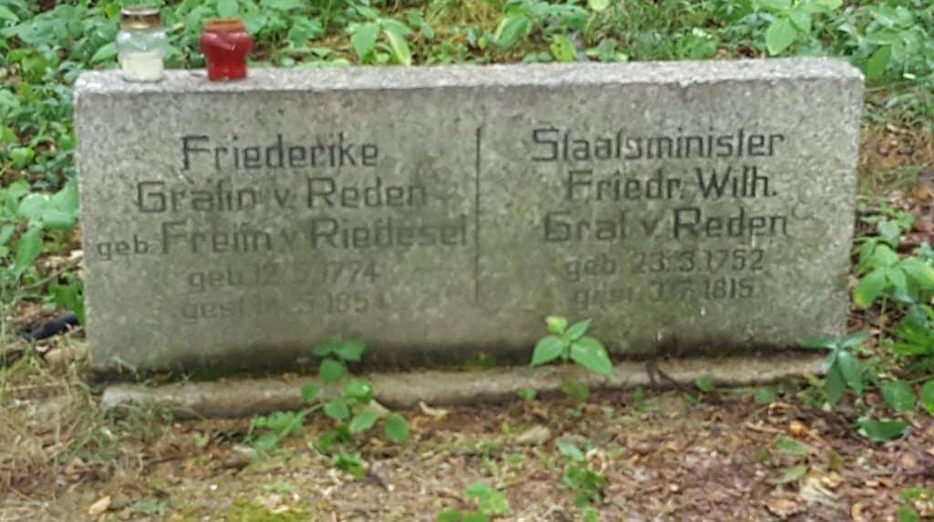 Der Grabstein neben der Kapelle