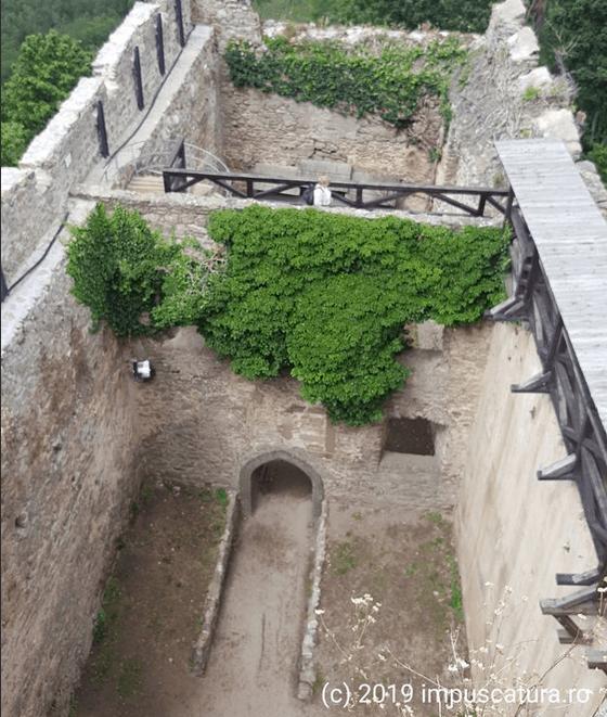 Blick vom oberen Turmeingang in die Höhenburg