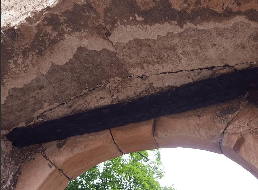 Der verkohlte Balken über dem Tor zum Innenhof