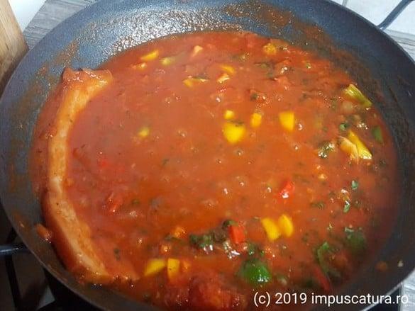 Die Soße mit geräuchertem Schweinebauch für gefüllte Paprika
