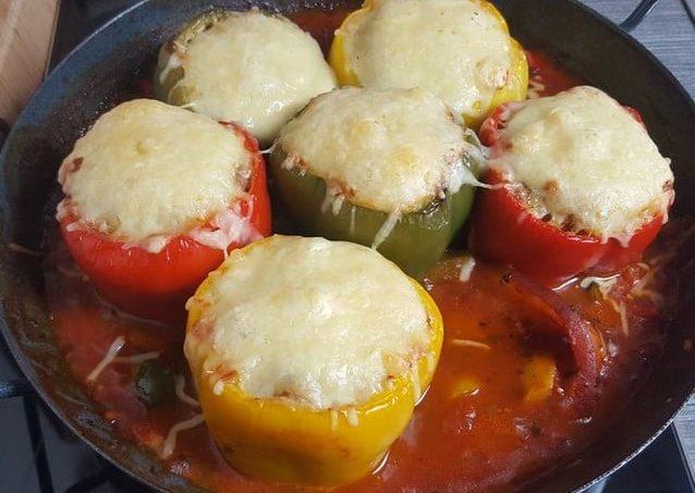 Nach 35-40 Minuten bei 180 Grad sind die gefüllten Paprika durch