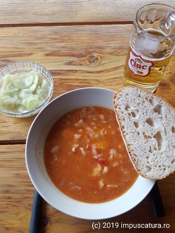 Serviert wird mit Weißbrot und Gurkensalat