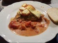 Putenschnitzel mit Tomaten und selbst gebackener Semmel