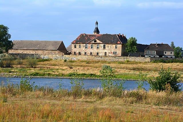 Schloss Promnitz vom gegenüber liegenden Elbeufer