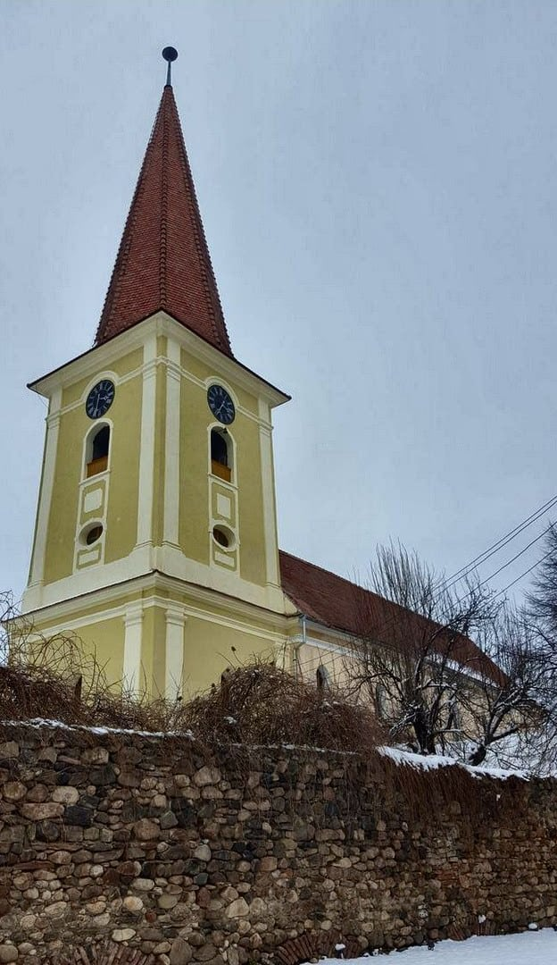Die Kirche in Șelimbăr mit Resten der Ringmauer