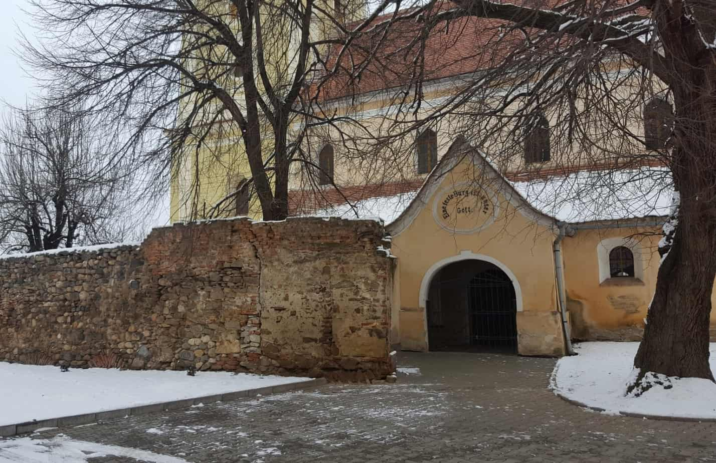 Das Portal der Kirche in Șelimbăr mir Resten der Ringmauer