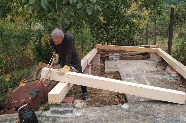 Der untere Rahmen für das Gartenhaus