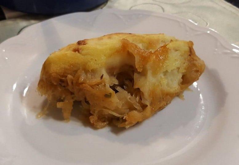 Auflauf mit Bratwurst, Sauerkraut und Kartoffelpüree