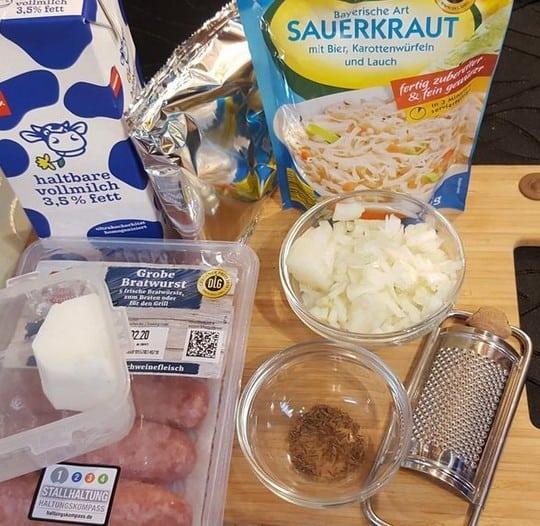 Die Zutaten für den Bratwurst-Auflauf