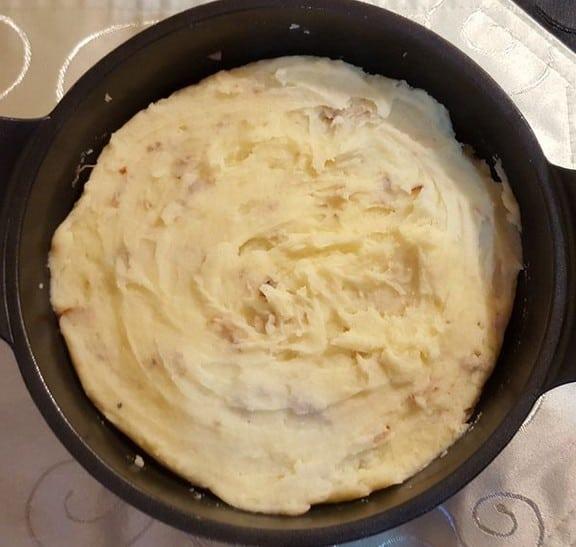Den Abschluss für den Bratwurst-Auflauf bildet der Kartoffelbrei