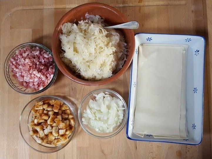 Die Hautzutaten für schwäbische Krautkrapfen