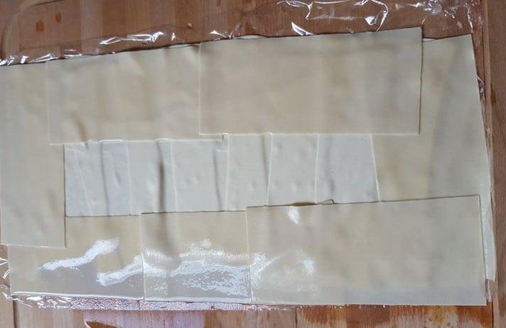 Die Lasagne-Platten lassen sich mit Frischhaltefolie gut rollen