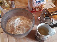 Drei Tassen Weizenmehl 000 und eine Tasse Flüssigkeit (2 Eier, Wasser)